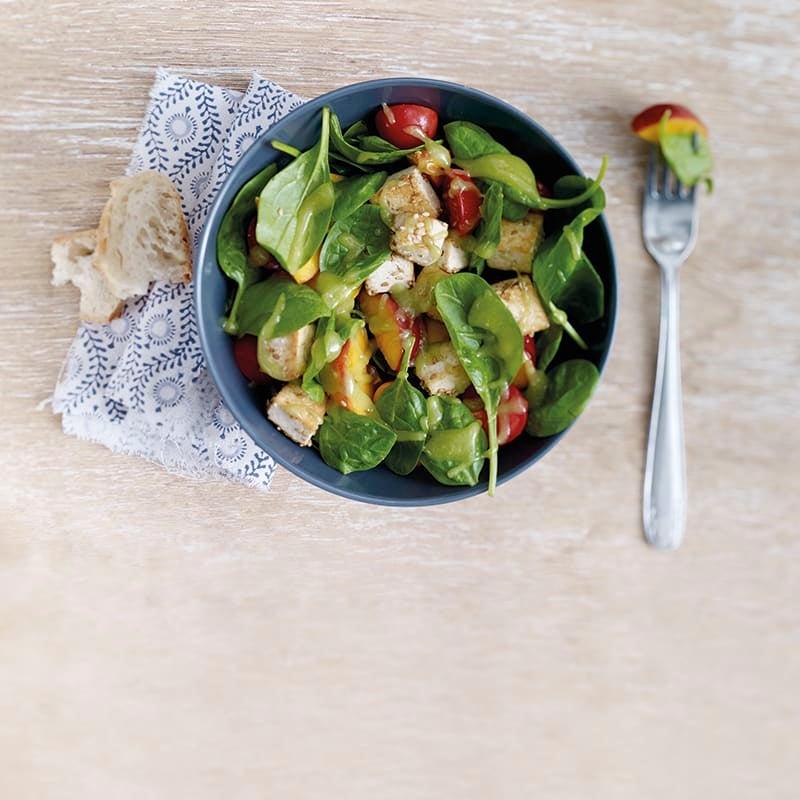 Foto van Zomerse salade met gebakken perzik  en gemarineerde tofu door WW