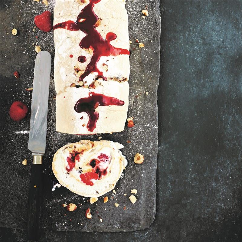 Foto van Meringuerol met frambozen en hazelnoot door WW