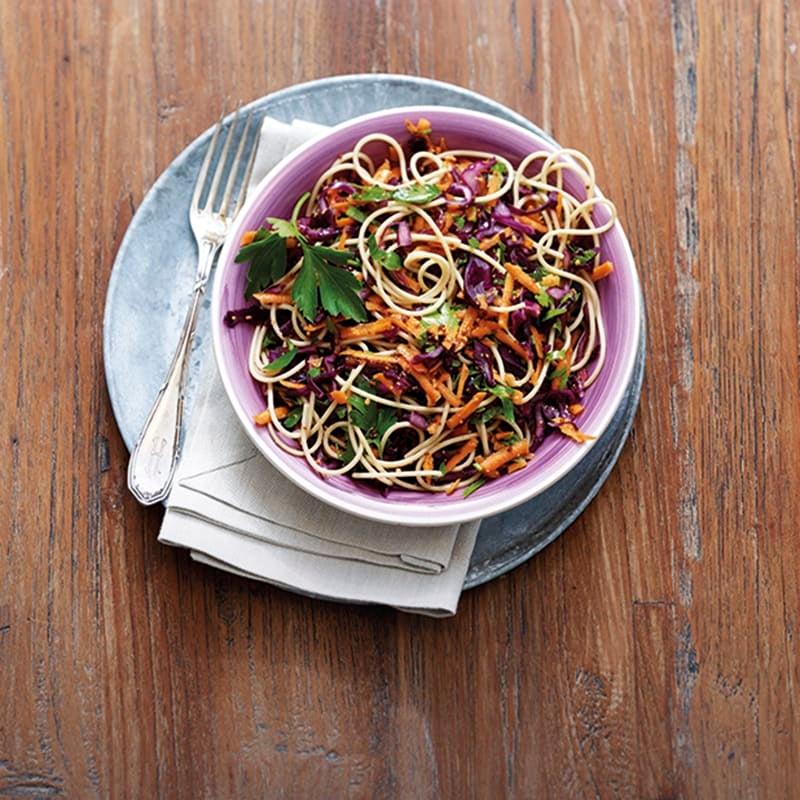 Foto van Wortel-rodekoolsalade met volkorenspaghetti door WW