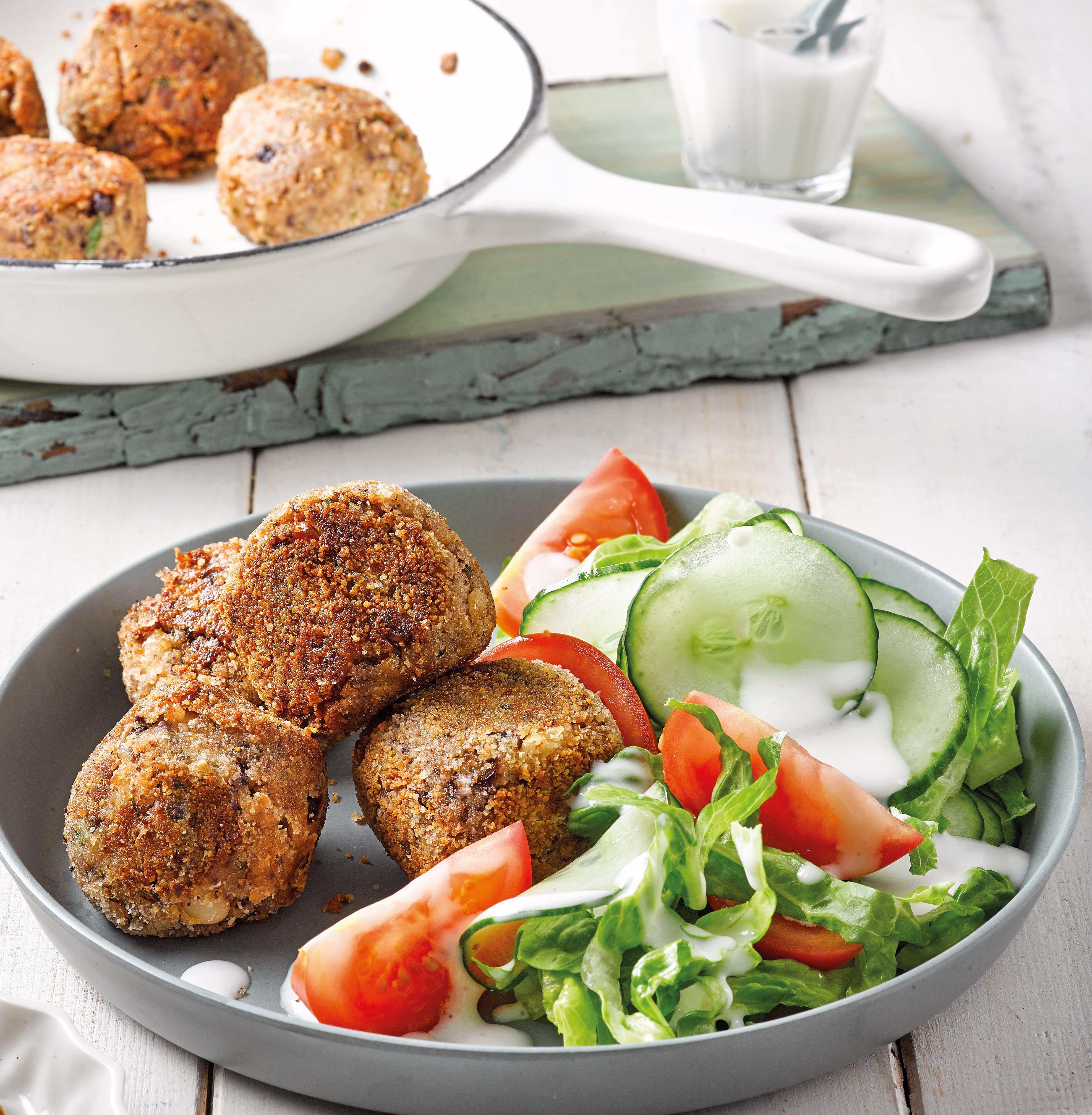 Foto van Bonen-champignonballetjes met salade door WW