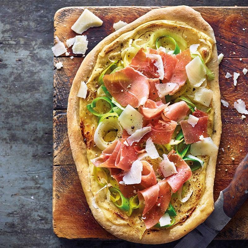 Foto van Krokante pizzabodems met rauwe ham door WW