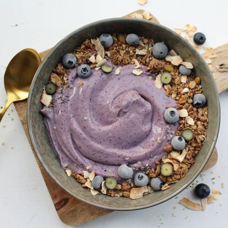 Foto van Blauwe bes smoothie bowl - WW Loves - Oot Granola door WW