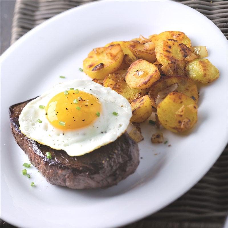 Foto van Steak met spiegelei en gebakken aardappelen door WW