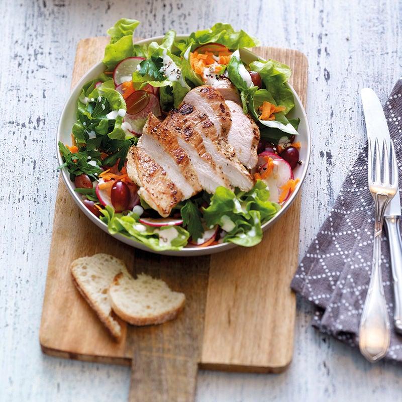 Foto van Kleurrijke salade met kip en yoghurtdressing door WW